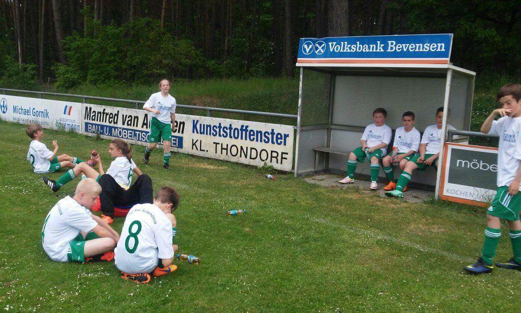 Die Soltendiecker D-Junioren nach dem unglücklich verlorenen Spiel gegen die JSG Röbbelbach © bp