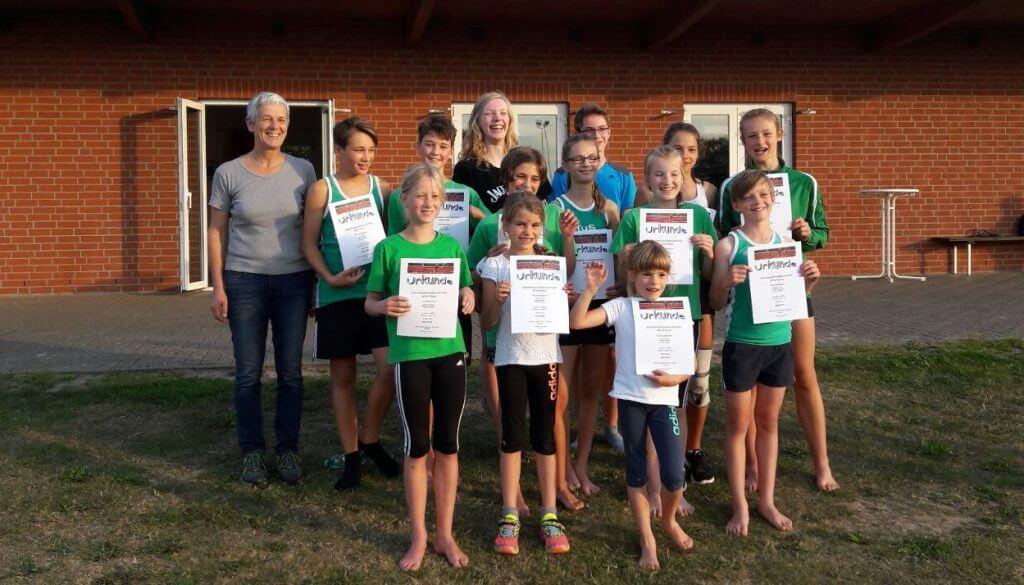 Staffel Läufer und Läuferinnen des TuS Soltendieck mit Trainerin und Betreuerin