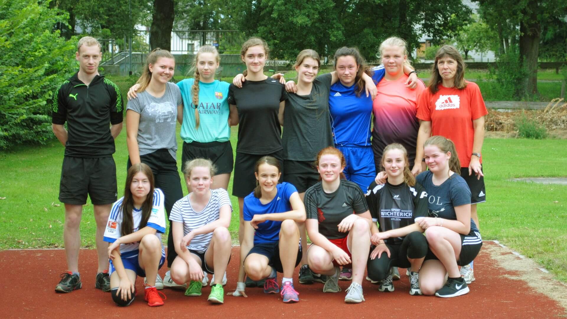 Trainerteam und einige Spielerinnen zum Saisonstart