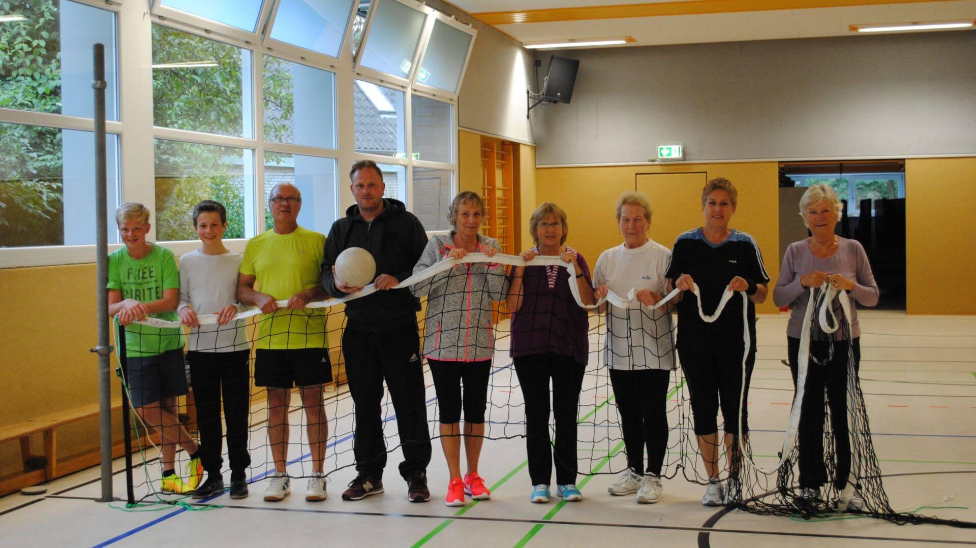 Volleyballgruppe mit neuem Ballnetz